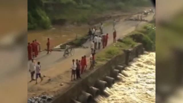 News video: Raw: India Villagers Evacuate Ahead of Cyclone